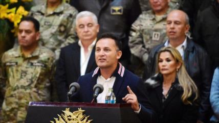 Áñez mantiene al ministro de Defensa pese a su destitución ordenada