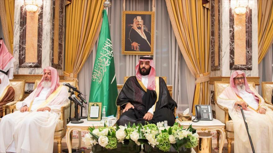 El príncipe heredero saudí, Muhamad bin Salman (centro), durante una ceremonia de compromiso de lealtad en La Meca, 21 de junio de 2017. (Foto: Reuters)