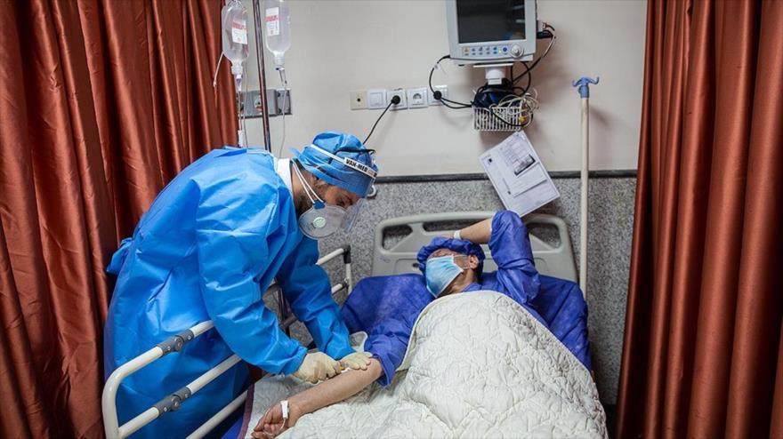Un enfermero atiende a un paciente con el coronavirus en un hospital en Teherán, Irán, 6 de marzo de 2020. (Foto: FARS)