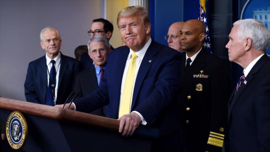 El presidente de EE.UU., Donald Trump, habla sobre el COVID-19 junto a sus colaboradores en la Casa Blanca, 9 de marzo de 2020. (Foto: AFP)