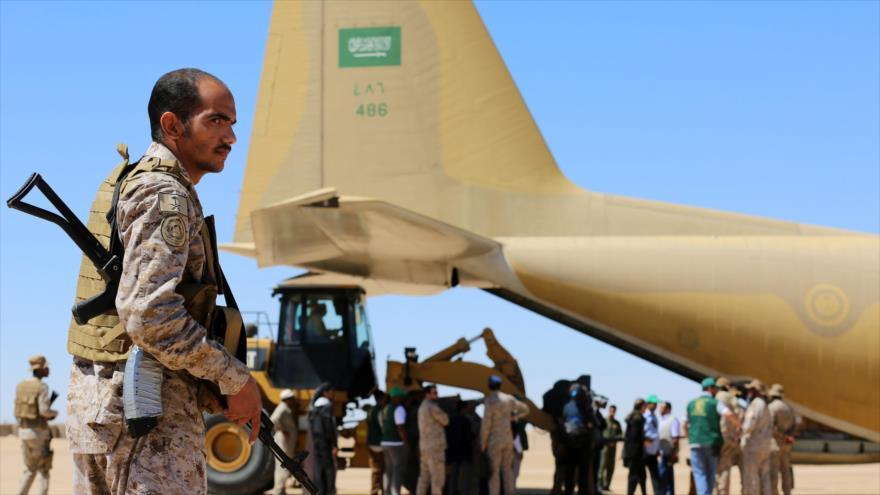 Soldados saudíes desplegados cerca de un avión de carga en Yemen, 8 de febrero de 2018. (Foto: AFP)