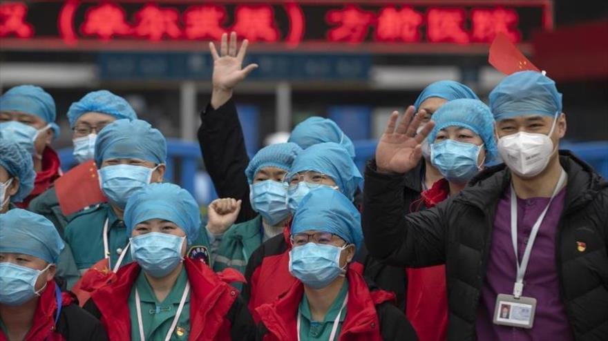 Personal sanitario del hospital temporal de Jianghan en Wuhan (provincia central de Hubei) tras el cierre del hospital, el 9 de marzo de 2020.