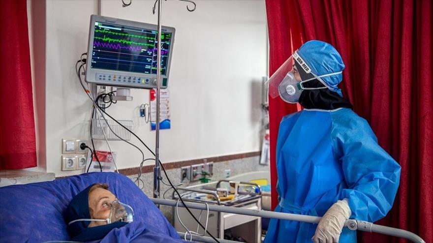 Una enfermera atiende a una paciente en un hospital en Teherán, 6 de marzo de 2020. (Foto: FARS)