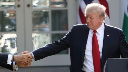 Trump y Pence ignoran consejos por COVID-19 y siguen dando la mano