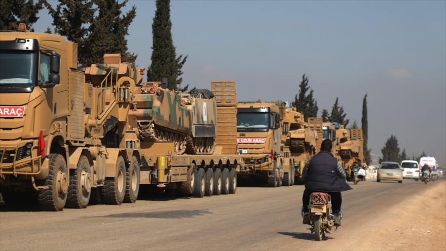 Un convoy de vehículos militares turcos cerca de la ciudad de Hazano en la provincia siria de Idlib, 3 de marzo de 2020. (Foto: AFP)