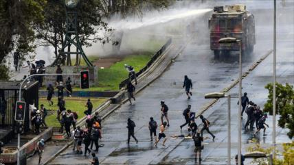 Policía chilena reprime protestas en 2.º aniversario del Gobierno