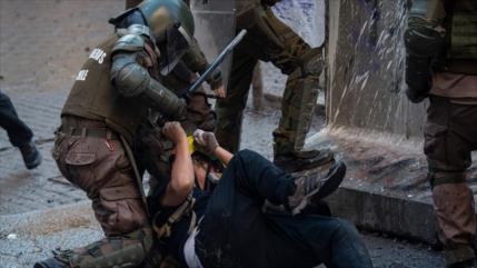 Vídeo: Carabineros dan paliza brutal a joven en protesta