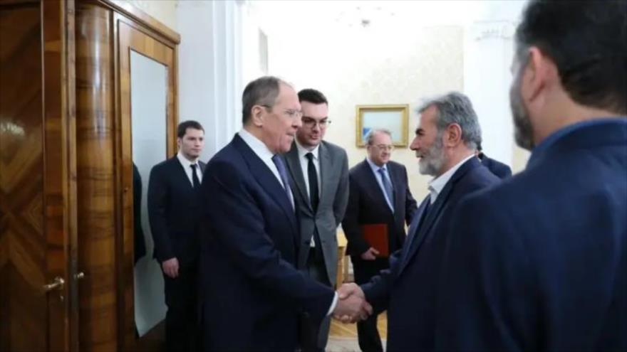 El canciller ruso, Serguéi Lavrov (izda.) da la mano al líder de la Yihad Islámica Palestina, Ziad al-Najala, en Moscú, 11 de marzo de 2020.