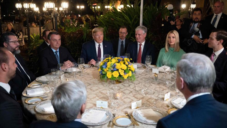Una delegación encabezada por el presidente brasileño, Jair Bolsonaro, se reúne con el presidente de EE.UU., Donald Trump, Florida, 7 de marzo de 2020.