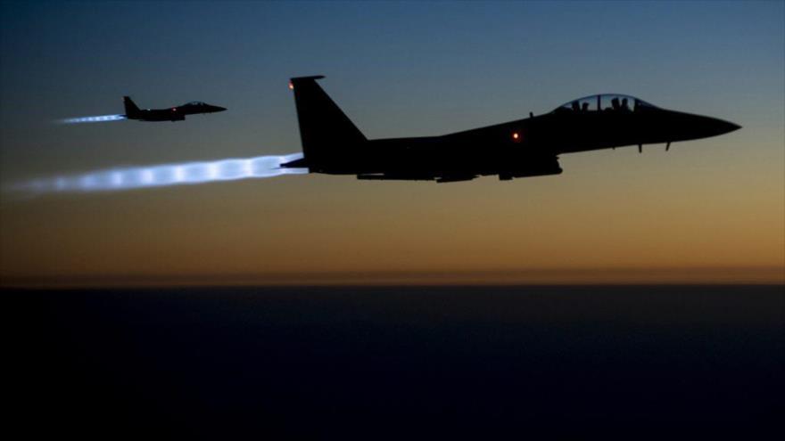Dos cazas pertenecientes a la llamada colaición contra EIIL (Daesh, en árabe), liderada por EE.UU., sobrevuelan Irak.