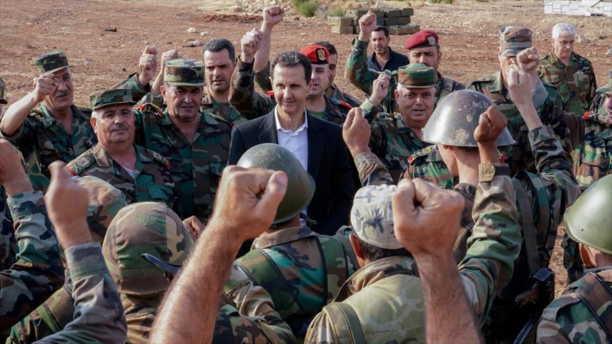 Presidente sirio, Bashar al-Asad, celebra junto a soldados sirios.