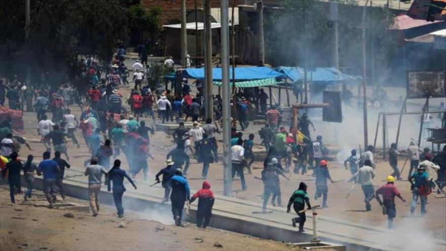 Los bolivianos protestan contra el gobierno de facto, presidido por la presidenta autoproclamada Jeanine Áñez.
