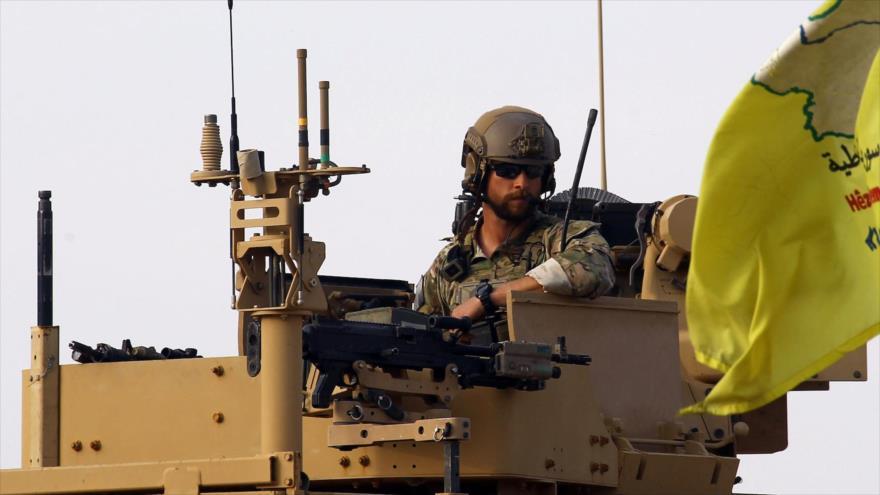 Un soldado estadounidense en un vehículo militar en el campo petrolero Al-Omar en la provincia siria de Deir Ezzor, 23 de marzo de 2019. (Foto: Reuters)