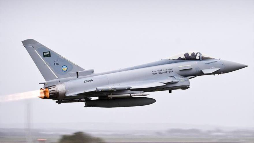 Un avión de combate F-16 de la Fuerza Aérea saudí en pleno vuelo.