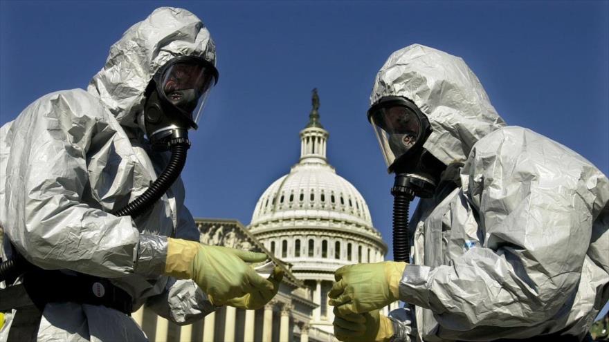 Dos sanitarios de EE.UU. vestidos con traje especial de anticontagio del nuevo coronavirus, denominado Covid-19, en las inmediaciones del Capitolio en Washington.