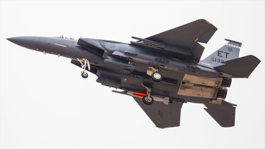 Un cazabombardero F-15E Strike Eagle, equipado con bomba termonuclear B61-12, durante una maniobra en EE.UU., 14 de marzo de 2020. (Foto: The Drive)