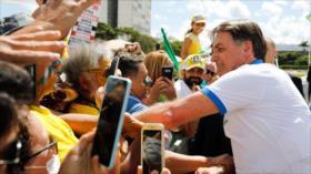 Pese a advertencias, Bolsonaro rompe aislamiento de coronavirus