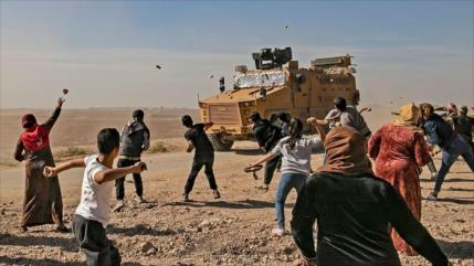 Vídeo: Sirios arrojan piedras a convoy turco en Idlib