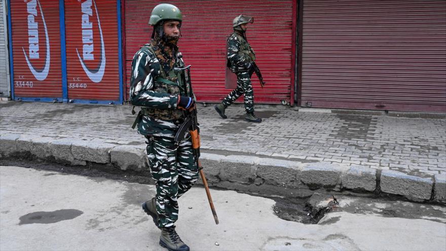 Fuerzas de seguridad indias vigilan las calles de Srinagar, en la región de Cachemira, durante una huelga, 11 de febrero de 2020. (Foto: AFP)