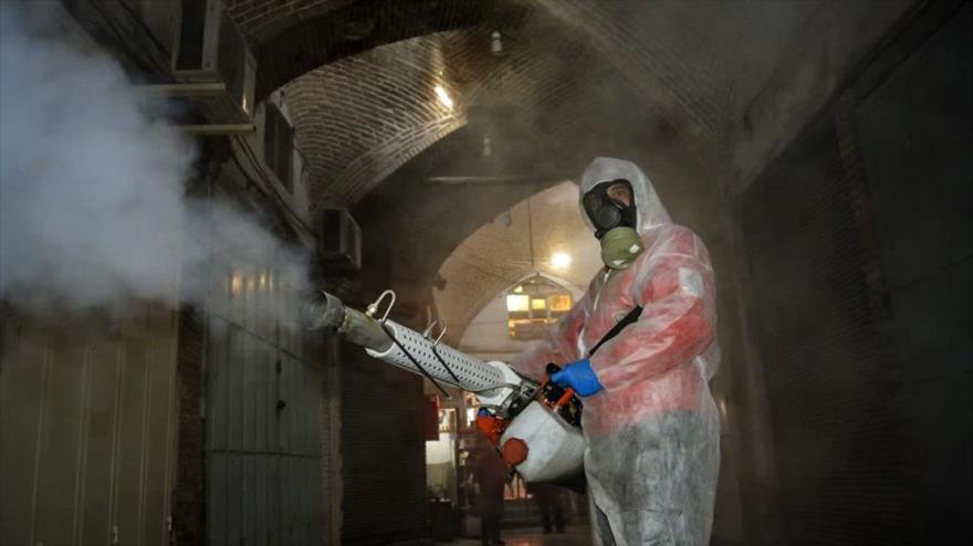 Desinfectan lugares públicos para impedir la propagación del coronavirus en la ciudad de Tabriz, noroeste de Irán, 15 de marzo de 2020. (Foto: FARS)