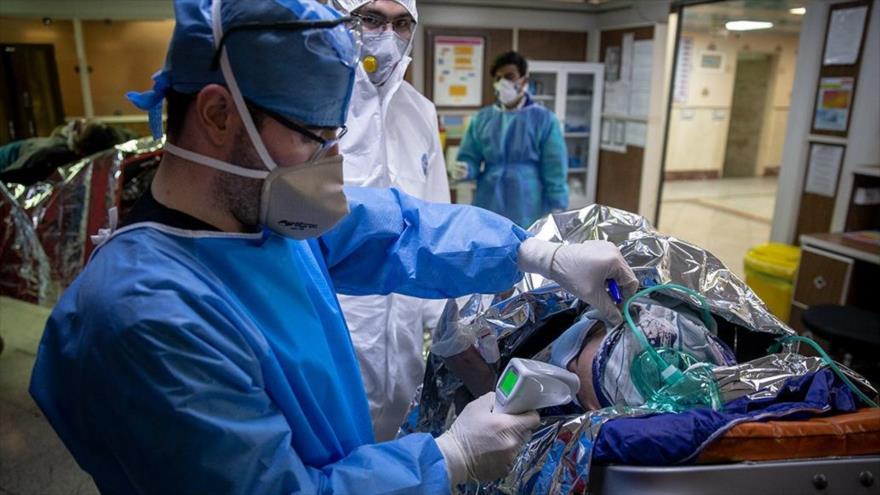 Enfermeros atienden a un paciente afectado por coronavirus en un hospital en Teherán, 11 de marzo de 2020. (Foto: Farsnews)