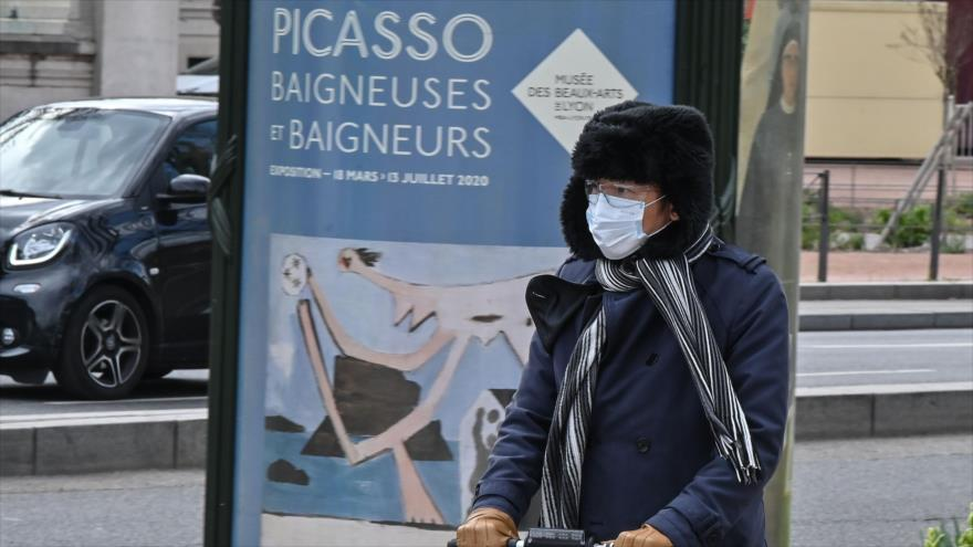 Un hombre que llevaba una máscara facial como medida preventiva, Lyon, Francia, 16 de marzo de 2020. (Foto: AFP)