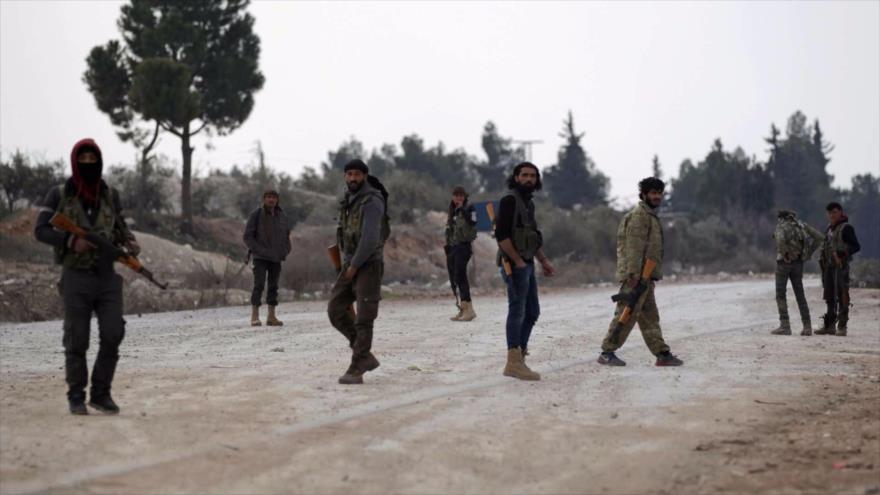 Milicianos del denominado Ejército Libre Sirio (ELS), apoyados por Turquía, en la ciudad de Al-Bab, en la provincia de Alepo.