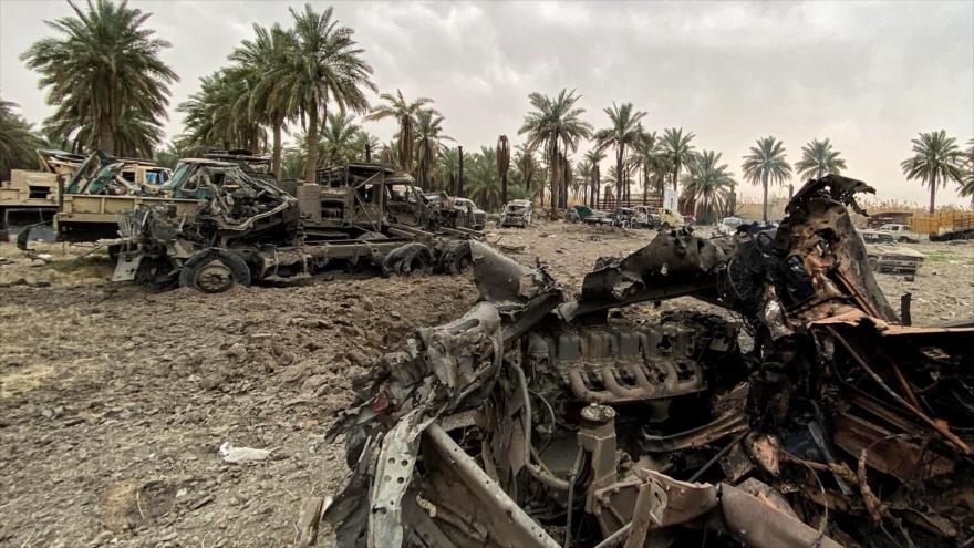 Vehículos dañados por un bombardeo de EE.UU. contra las posiciones de Kataib Hezbolá en la provincia iraquí de Babilonia, 13 de marzo de 2020. (Foto: AFP)