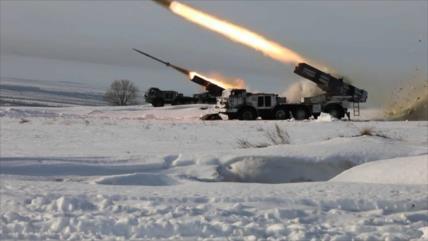 Vean cómo lanzacohetes rusos aplastan a un enemigo hipotético
