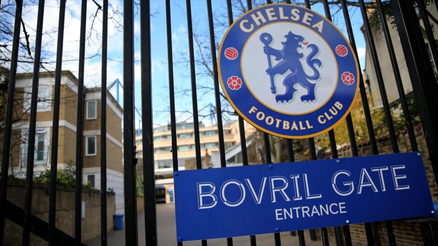 El logotipo del equipo Chelsea instalado en una puerta del estadio de fútbol Stamford Bridge en Londres, 13 de marzo de 2020. (Foto: AFP)