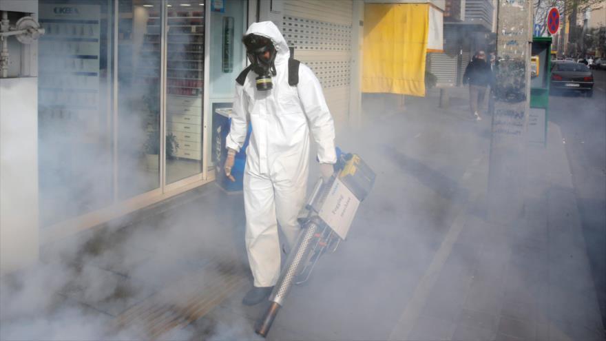 Un bombero iraní desinfecta una calle en Teherán, la capital, en un intento por detener el brote del nuevo coronavirus, 13 de marzo de 2020. (Foto: AFP)