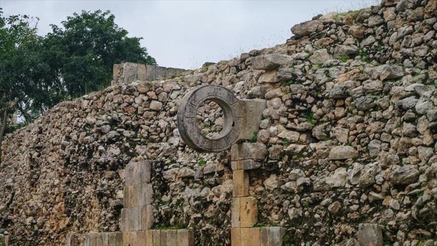 Descubren una cancha de juego de pelota de hace 3400 años en México.