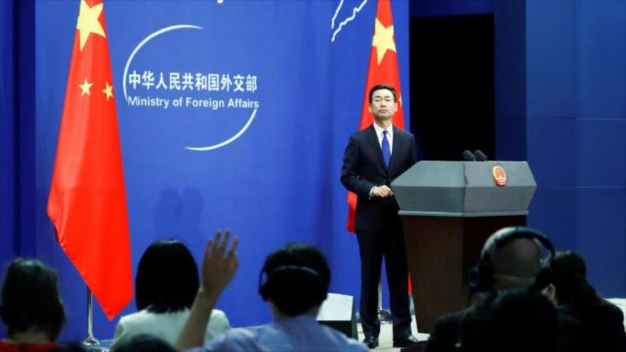 El portavoz de la Cancillería de China, Geng Shuang, durante una rueda de prensa en Pekín, capital, 18 de marzo de 2020. (Foto: Reuters)