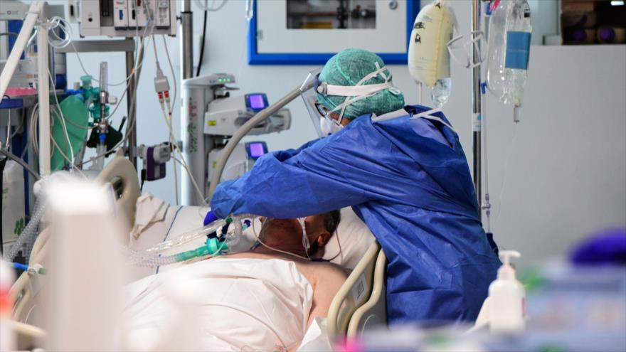 Personal médico de Italia atiende a un paciente dentro de la nueva unidad de cuidados intensivos de coronavirus del hospital en Lombardía. (Foto: AFP)