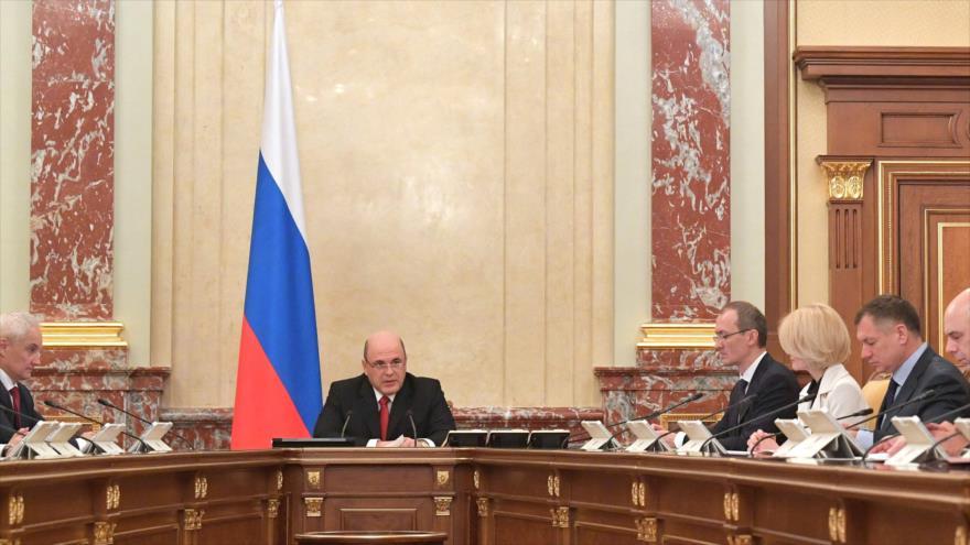 El primer ministro ruso, Mijaíl Mishustin (centro), preside una reunión del Gabinete en Moscú, 19 de marzo de 2020. (Foto: AFP)