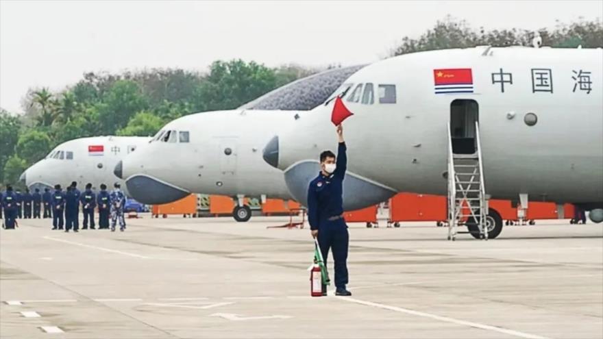 Aviones de la Marina china realizan ejercicios navales.