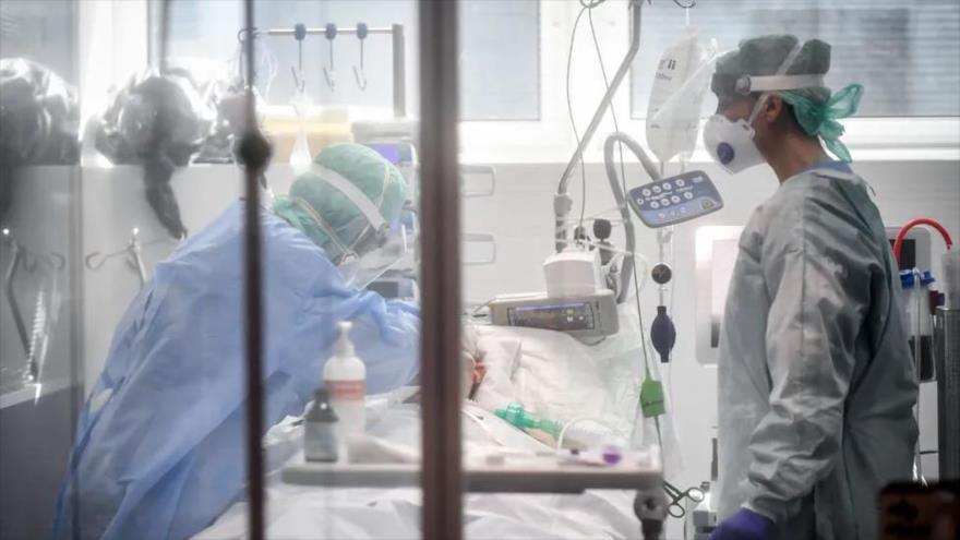 Varios facultativos atienden a un paciente en una Unidad de Cuidados Intensivos (UCI) de un hospital de España.