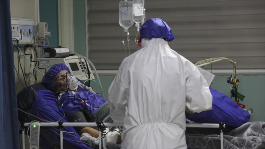 Un médico atiende a una persona contagiada con el COVID-19, hospital de Hayar, Teherán, capital de Irán, 19 de marzo de 2020. (Foto: Fars News)