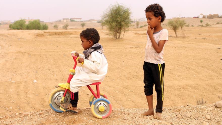 Dos niños yemeníes juegan en la provincia de Hajjah, en el norte de Yemen, 1 de abril de 2019. (Foto: AFP)
