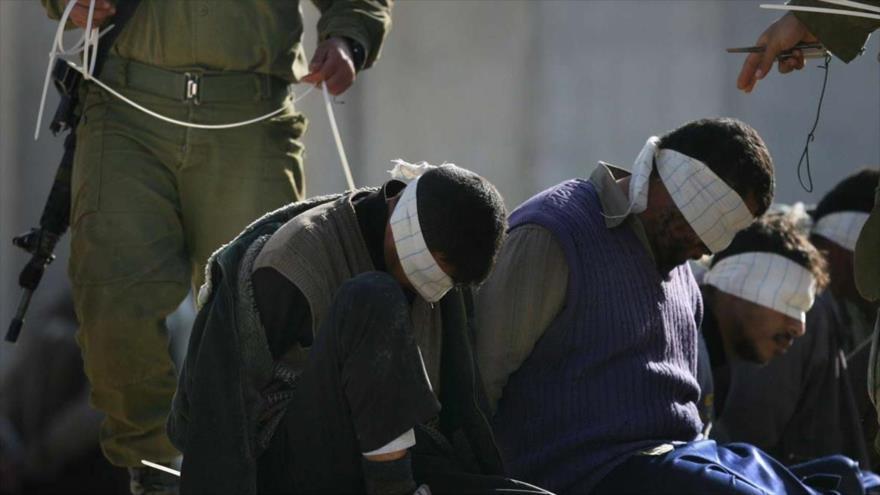 Soldados israelíes detienen a unos palestinos en los territorios ocupados.