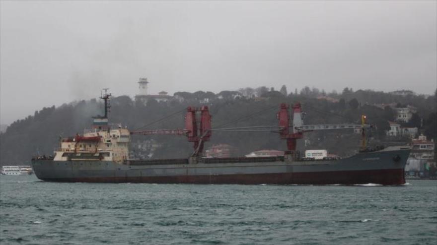 Un buque auxiliar Dvinitsa-50 de la Armada rusa cruza el estrecho del Bósforo, rumbo a Siria, 24 de marzo de 2020. (Foto: Reuters)