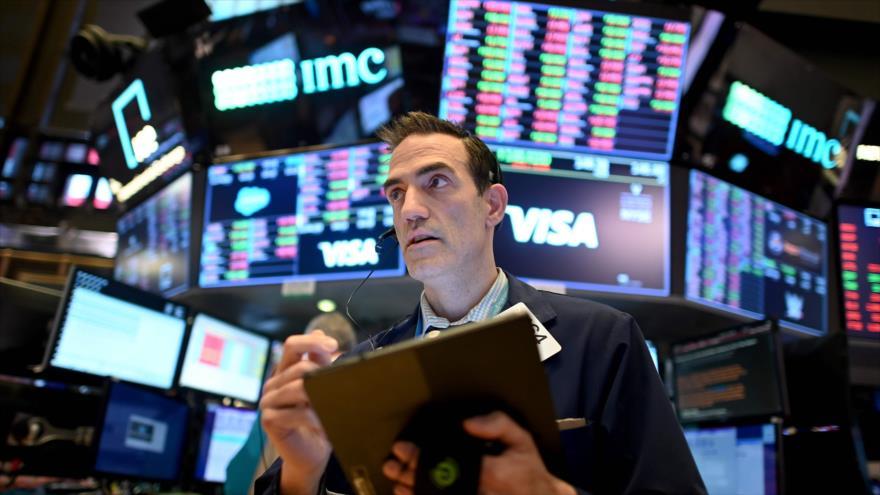 Un hombre trabaja en la bolsa de Nueva York (EE.UU.), 18 de marzo de 2020. (Foto: AFP)