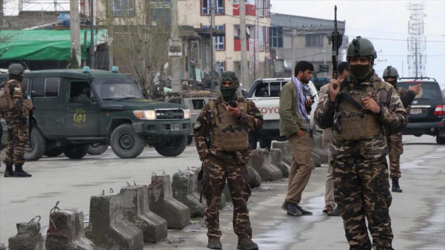 Fuerzas de seguridad afganas desplegadas en el lugar de un atentado suicida de Daesh en Kabul, la capital de Afganistán, 25 de marzo de 2020. (Foto: AFP)