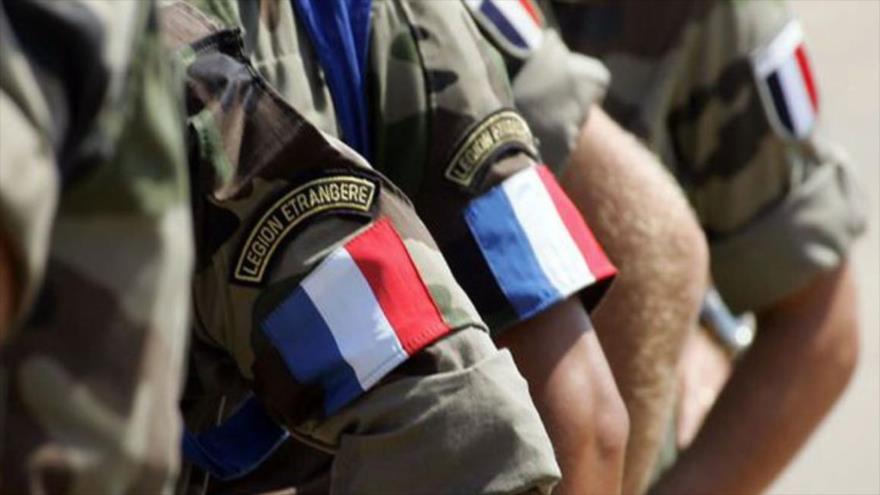 Bandera de Francia en el uniforme de soldados galos.