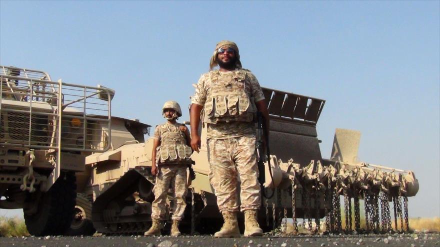 Dos soldados emiratíes pertenecientes a la alianza de Arabia Saudí contra Yemen en la provincia yemení de Lahiy (sur).