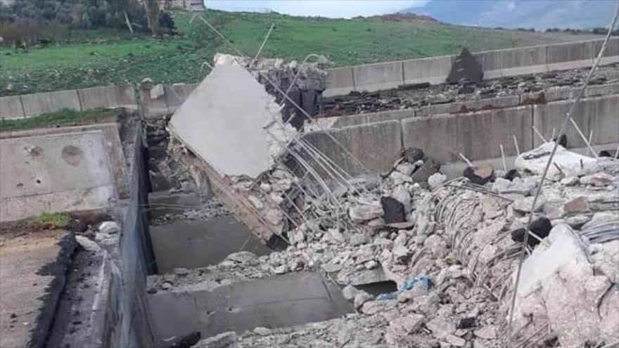 Terroristas destruyen un puente en la autopista M4 en Idlib, 25 de marzo de 2020.