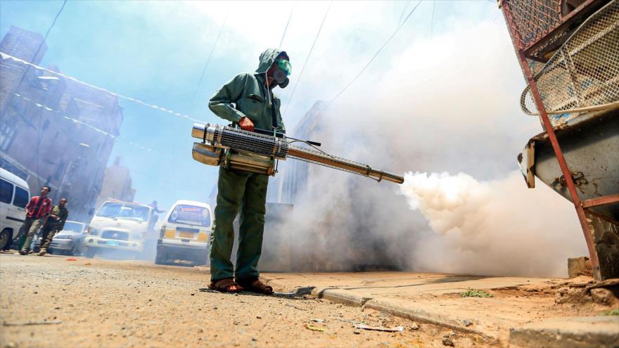 Un trabajador yemení desinfecta calles ante la propagación del COVID-19, Saná, capital, 23 de marzo de 2020. (Foto: AFP)