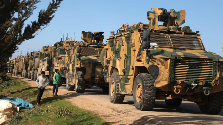 Un convoy militar del Ejército turco desplegado cerca de la localidad de Bab al-Hawa, en la provincia siria de Idlib, 2 de marzo de 2020. (Foto: AFP)