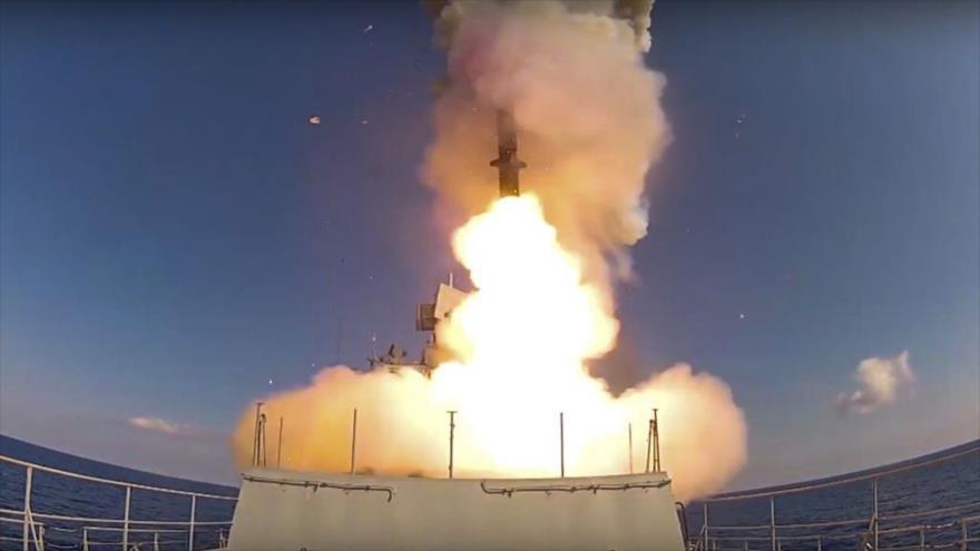 Un misil de crucero Kalibr lanzado desde un buque ruso en el mar Mediterráneo, se dirige hacia las posiciones terroristas en Siria, 23 de enero de 2017. (Foto: AFP)