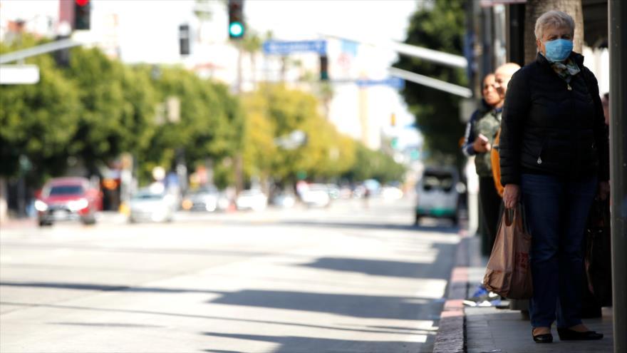 Una persona se protege con una mascarilla ante el coronavirus (COVID-19) en Los Ángeles, California, EE.UU., 18 de marzo de 2020. (Foto: Reuters)